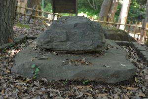 夜泣き石。台座の石は明戸古墳の石棺の蓋(ふた)